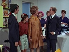 Mike Nesmith, Davy Jones, Peter Tork, Mrs. Zuckerman (Dorothy Konrad), Daggart (Stan Freberg), Woman in Blue Dress (?)