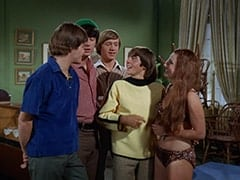 Micky Dolenz, Mike Nesmith, Peter Tork, Davy Jones, Fern Badderly (Kelly Jean Peters)