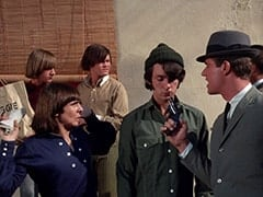Peter Tork, Davy Jones, Micky Dolenz, Mike Nesmith, Agent Modell (Mike Farrell)