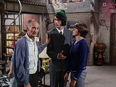 Mr. Swezey (Peter Brocco), Mike Nesmith, Davy Jones