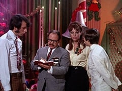 Mike Nesmith, Salesman (Larry Gelman), Salesgirl (Jill Chandler), Davy Jones